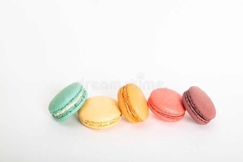 Tortas coloridas de los macarons Pequeñas tortas del francés foto de archivo libre de regalías