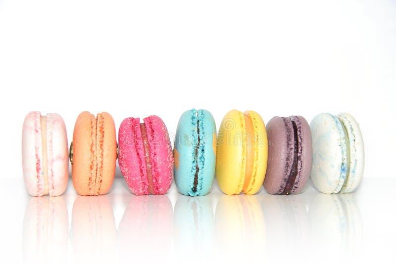 Tortas coloridas de los macarons Pequeñas tortas del francés Macarrones franceses dulces y coloridos imagen de archivo