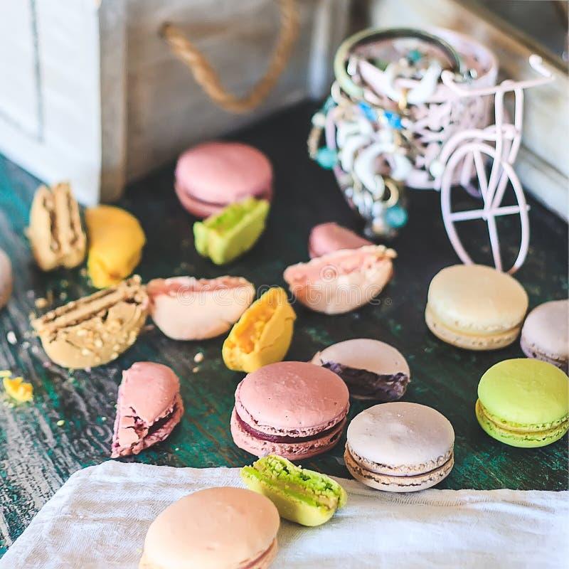 Tortas coloridas de los macarrones en una tabla de madera del vintage foto de archivo libre de regalías