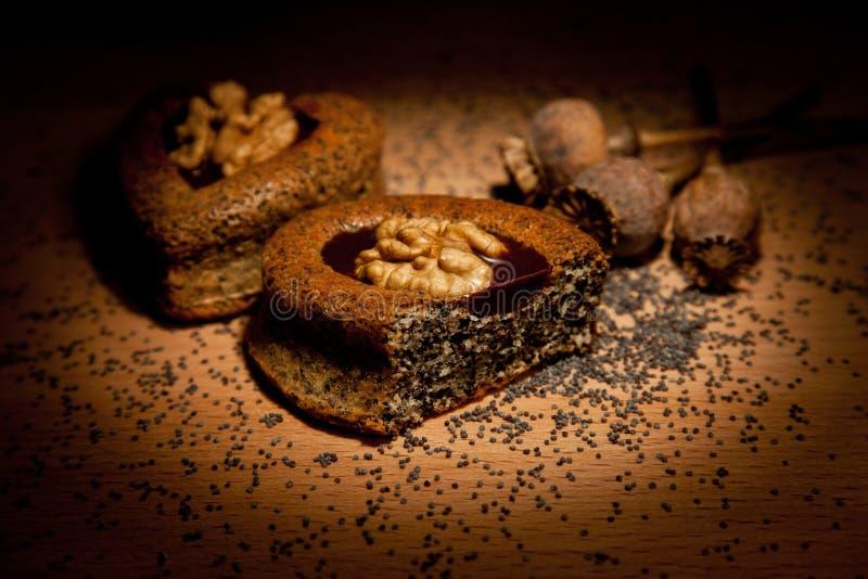 Tortas con las semillas y las nueces de amapola imagen de archivo libre de regalías