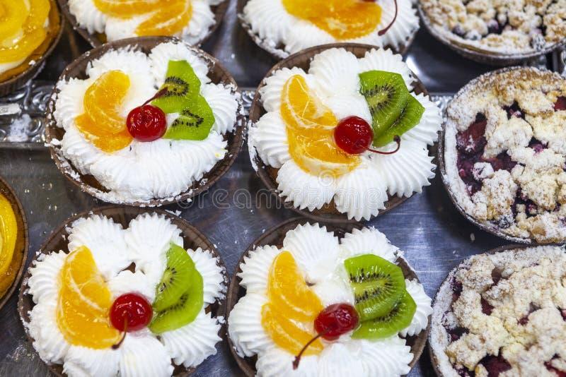 Tortas cremosas de la fruta con el desmoche conservado de la cereza, de la naranja y del kiwi imágenes de archivo libres de regalías