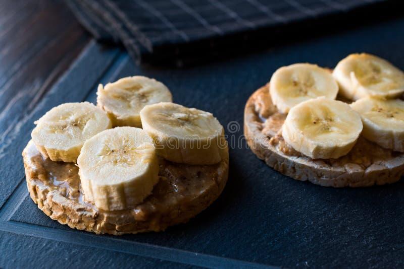 Tortas de arroz del Bulgur con los plátanos y la mantequilla de cacahuete cortada/las galletas redondas imagen de archivo libre de regalías