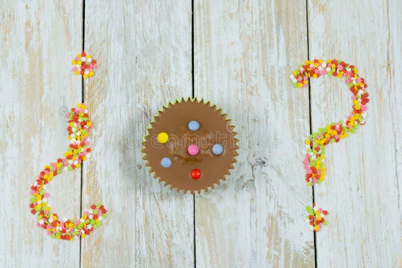 Tortas de chocolate coloridas en las estrellas de madera de la tabla y del azúcar imagen de archivo libre de regalías