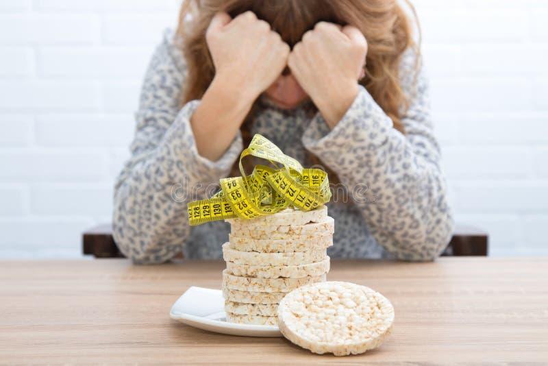 Tortas de maíz con cinta métrica y la muchacha imagen de archivo