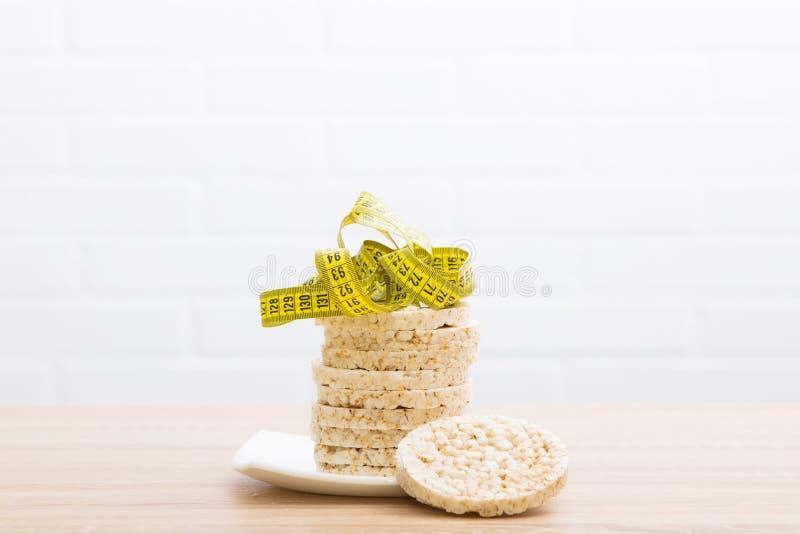 Tortas de maíz y cinta métrica fotografía de archivo libre de regalías