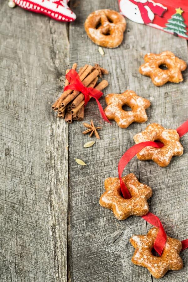 Tortas de miel con las especias en un fondo de madera Compos de la Navidad foto de archivo libre de regalías