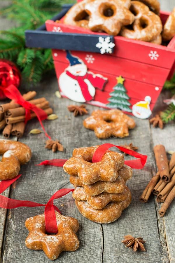 Tortas de miel con las especias en un fondo de madera Compos de la Navidad imágenes de archivo libres de regalías