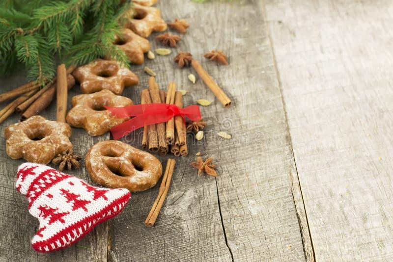 Tortas de miel con las especias en un fondo de madera Compos de la Navidad fotos de archivo libres de regalías