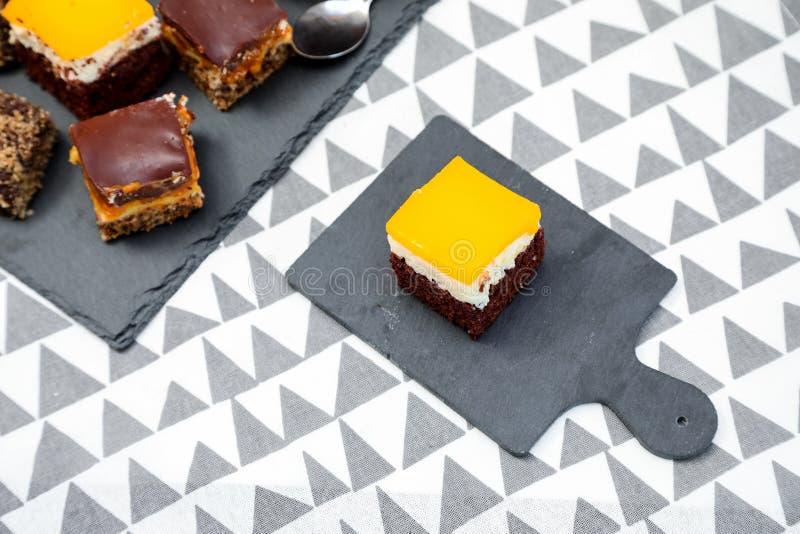 Tortas del chocolate, del caramelo y de las naranjas con el fondo divertido fotografía de archivo libre de regalías