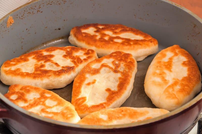 Tortas del ucraniano fritas en una cacerola foto de archivo libre de regalías