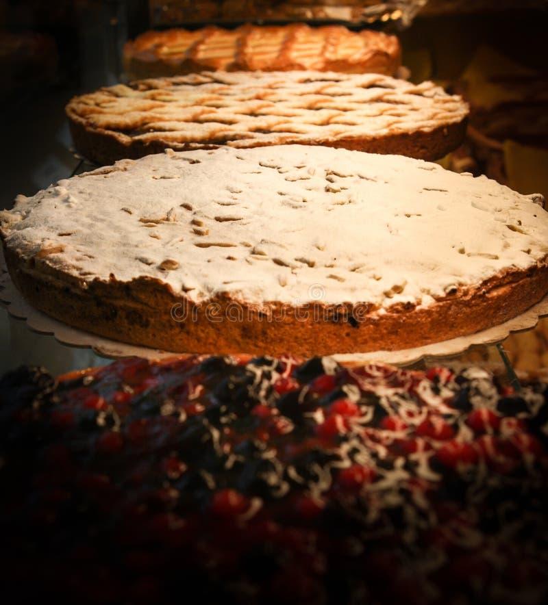 Tortas deliciosas em uma pastelaria italiana fotografia de stock royalty free