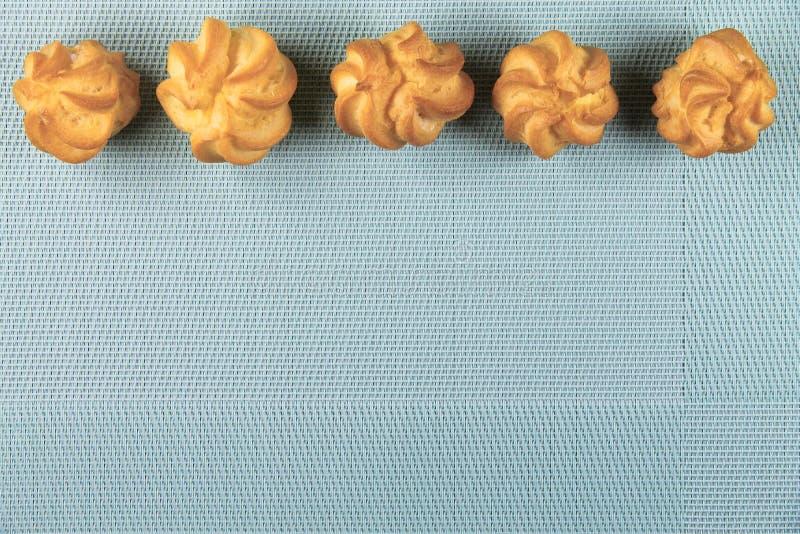 Tortas deliciosas en fondo de la menta foto de archivo libre de regalías