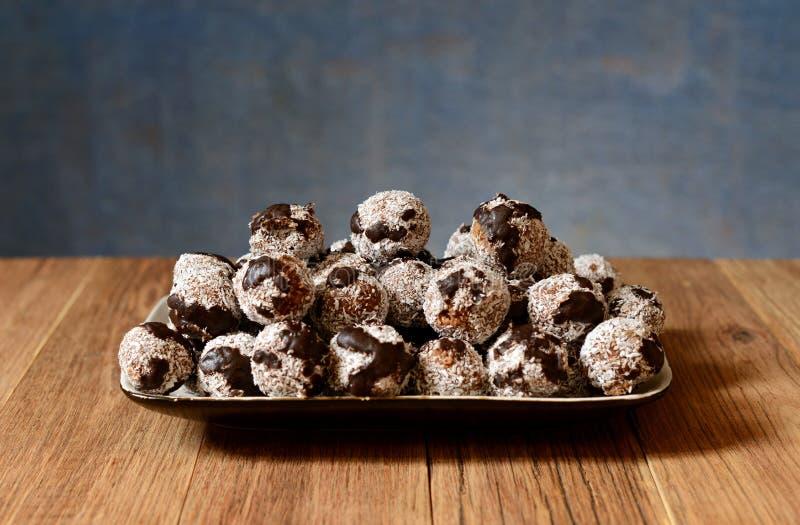 Tortas hechas en casa con el coco y el chocolate fotografía de archivo libre de regalías
