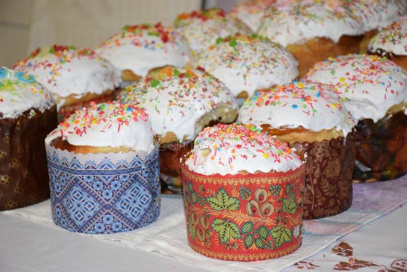 Tortas hechas en casa de Pascua con el esmalte foto de archivo libre de regalías
