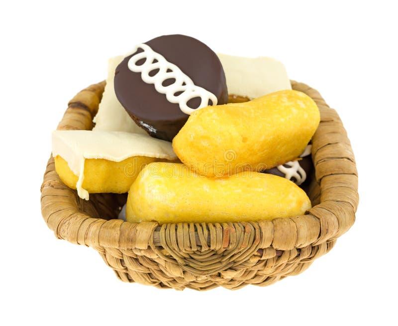 Tortas y anillos de espuma de Junk Food en cesta fotos de archivo