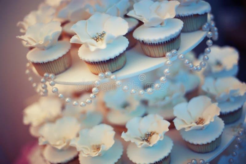Tortas y pasteles en el banquete de boda foto de archivo