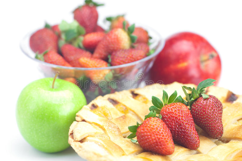 Torte, Äpfel und Erdbeeren stockbild