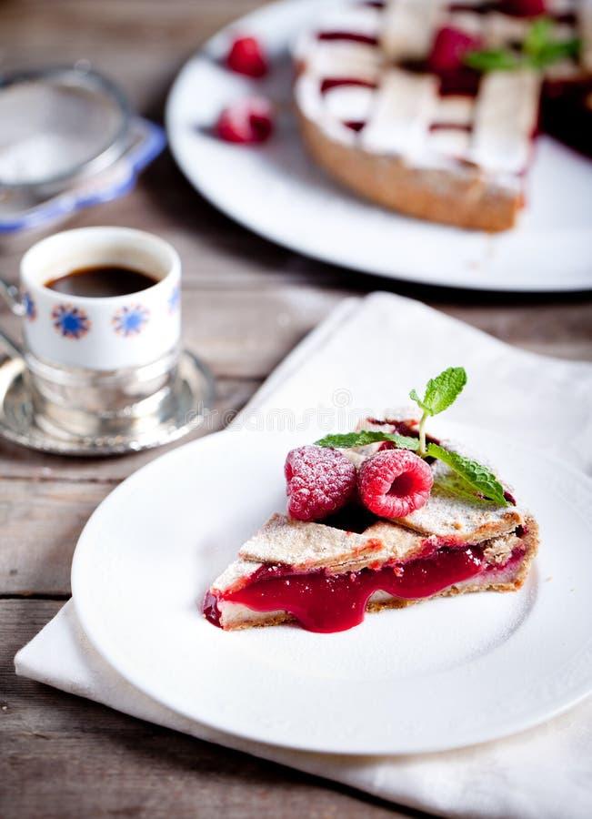 Torte agrio de Linzer con la frambuesa fresca imagen de archivo