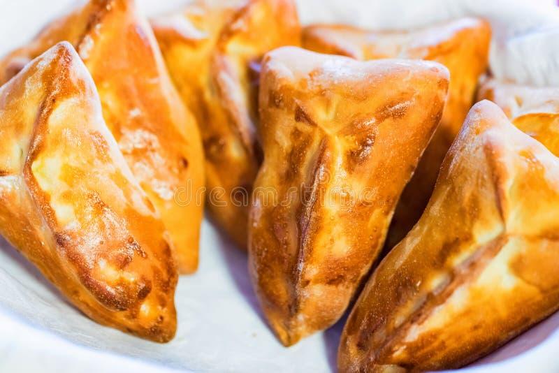 Torte al forno casalinghe della pasta sfoglia con il riempimento della fine fotografie stock