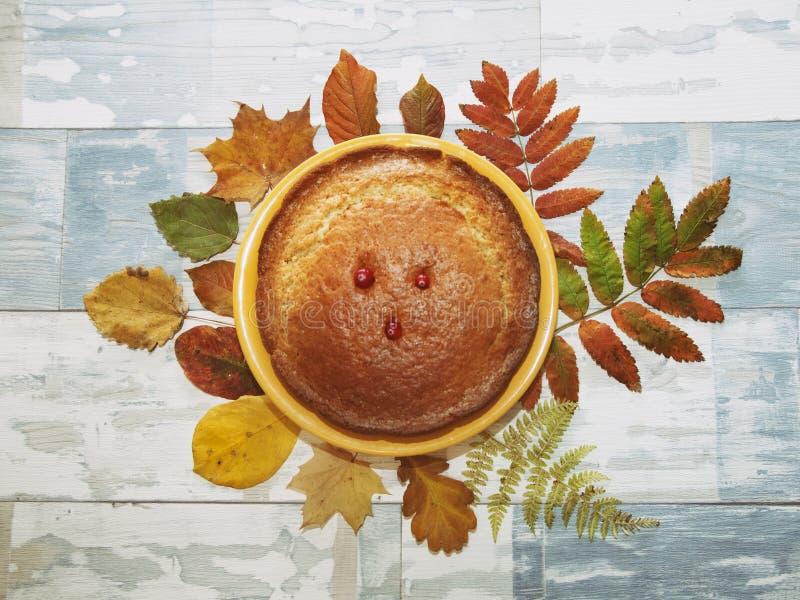 Torte auf hölzernem Hintergrund und Blättern stockfotografie