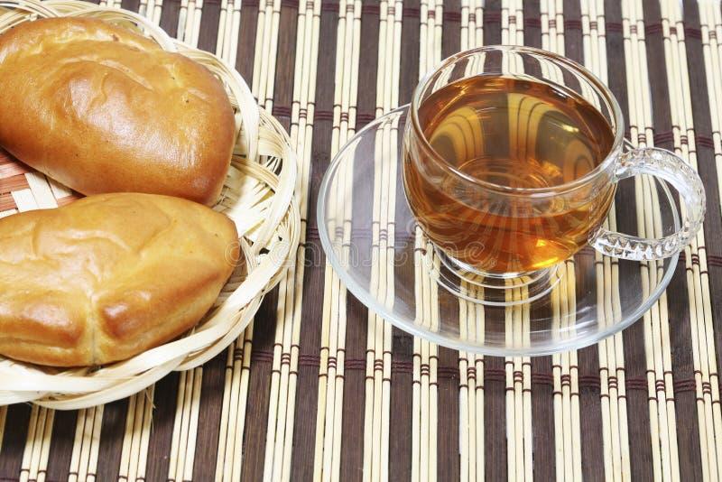 Torte casalinghe con il riempimento e tè in una tazza per la prima colazione immagini stock