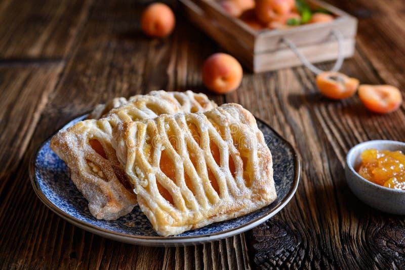 Torte della pasta sfoglia riempite di inceppamento dell'albicocca e di ricotta fotografia stock