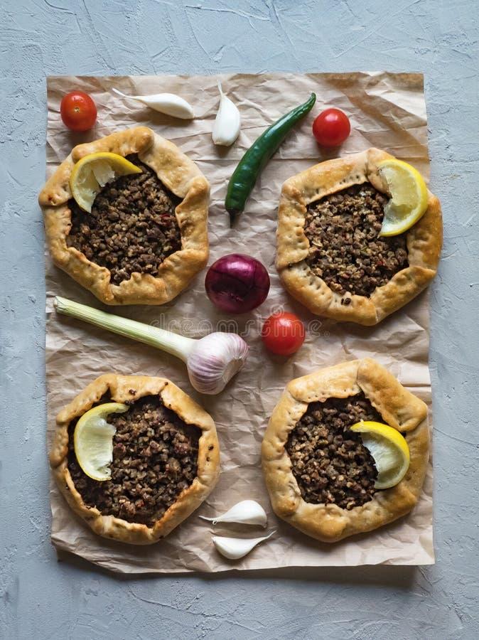 Torte di carne aperte arabe su fondo grigio fotografie stock libere da diritti