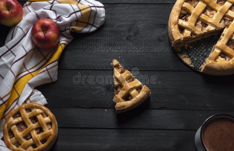 Torte di mele ed una fetta nel mezzo Vista superiore Pasticceria dolce immagine stock libera da diritti