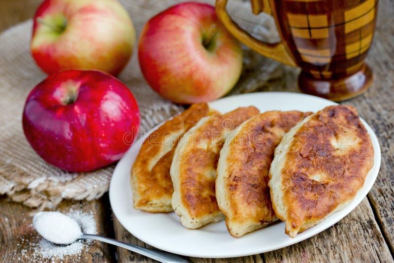 Torte di mele fritte dalla pasta di lievito farcita con le fette della mela fotografia stock libera da diritti