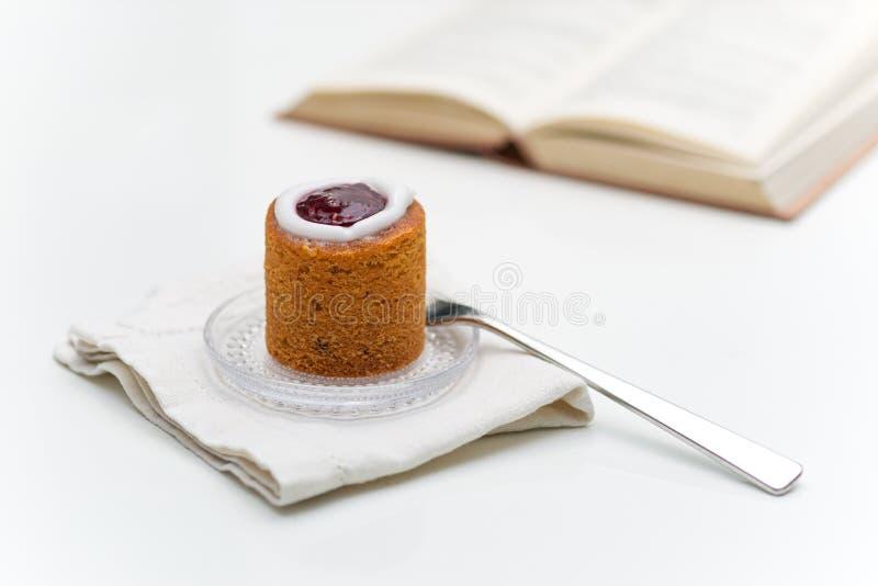 Torte di Runeberg sul piatto accanto al libro fotografia stock