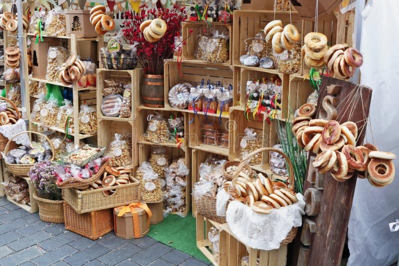 Torte, dolci, guarnizioni di gomma piuma e muffin organici rustici casalinghi venduti sulla via immagine stock