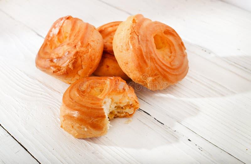 Torte dorate tostate su una tavola di legno fotografia stock libera da diritti