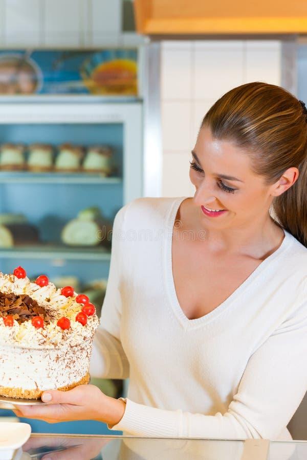 torte för bakelse för bagarekockkvinnlig royaltyfri foto