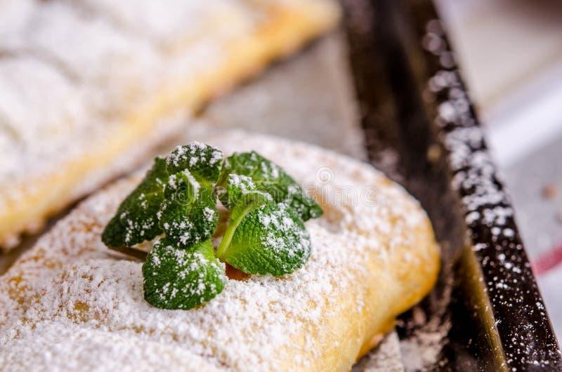 Torte fresche della pasta sfoglia farcite con le mele e la cannella fotografia stock