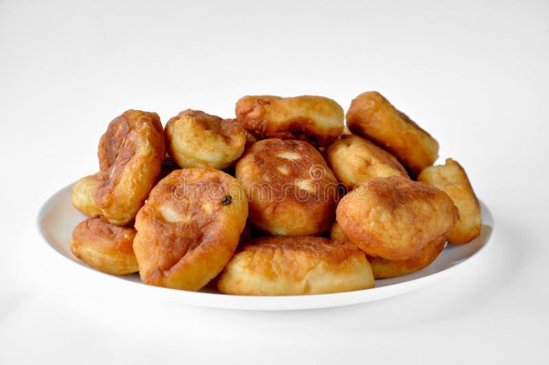 Torte fritte con il riempimento su un piatto bianco fotografie stock libere da diritti