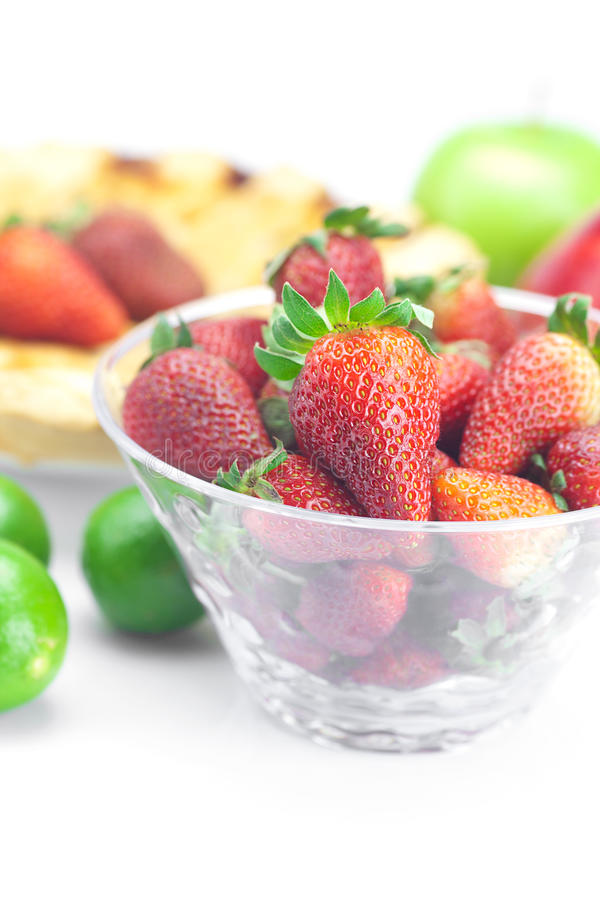 Torte, Kalk, Äpfel und Erdbeeren lizenzfreie stockfotografie