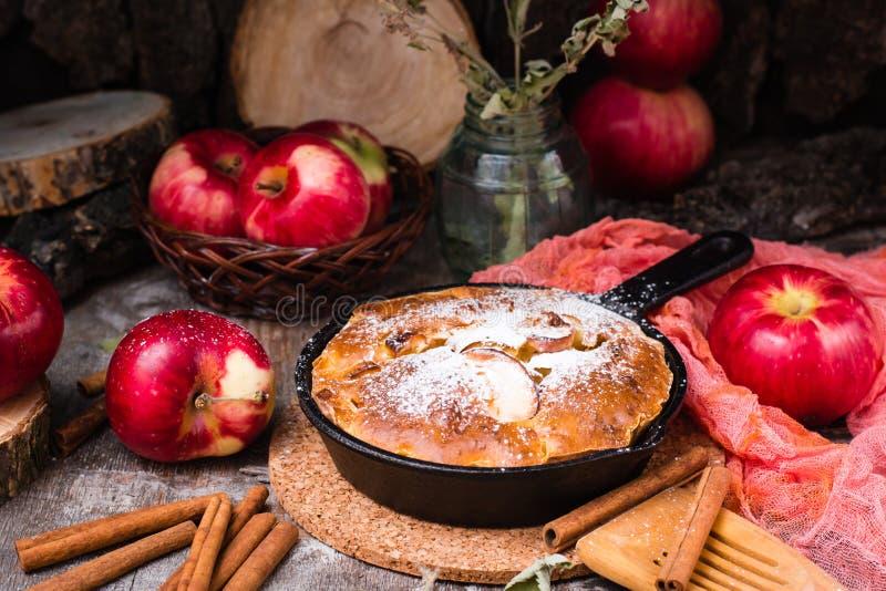 Torte mit Apfelfüllung in einem Eisenstein Reife Äpfel stockfotografie