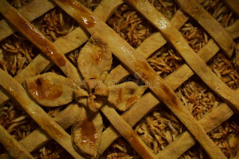 Torte mit den Äpfeln, verziert mit einer Teigblume lizenzfreie stockbilder