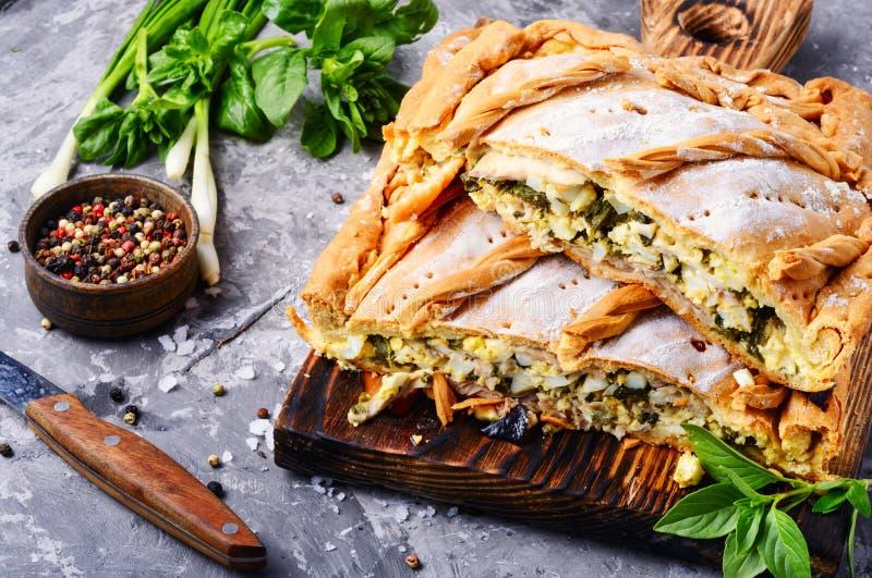 Torte mit Grün und Eiern lizenzfreie stockfotos