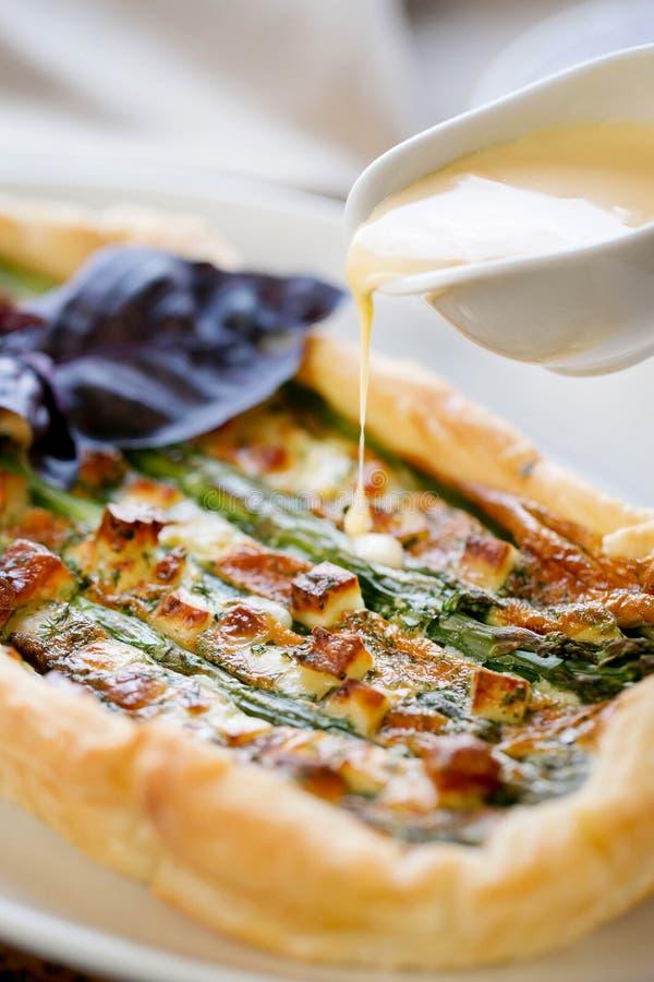 Torte mit Spargel- und Käsesoße stockfotos