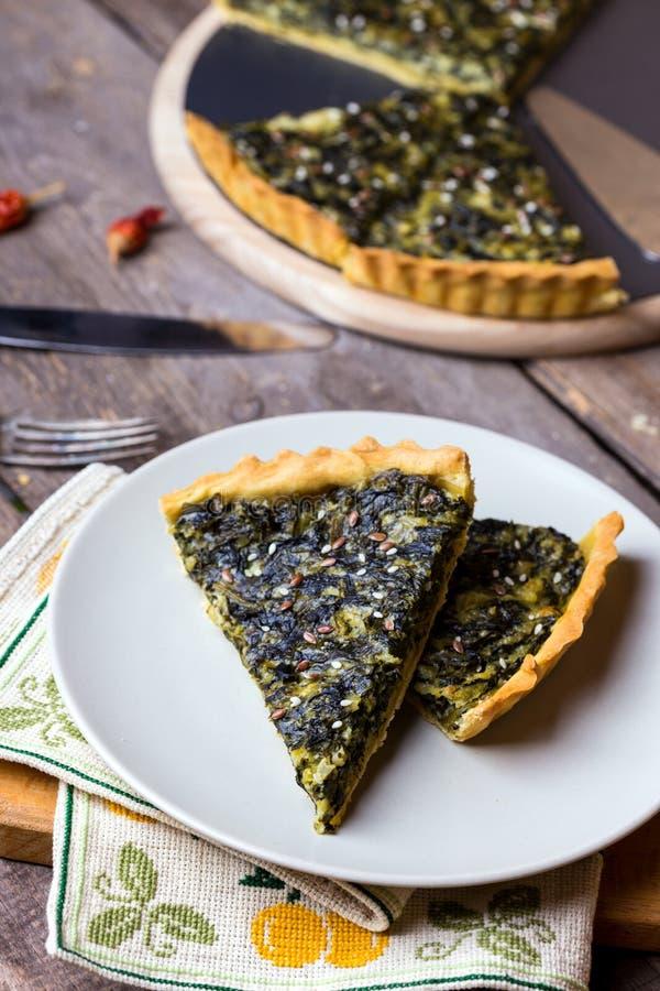 Torte mit Spinat stockbilder
