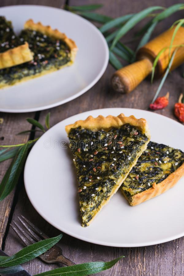 Torte mit Spinat lizenzfreie stockfotos