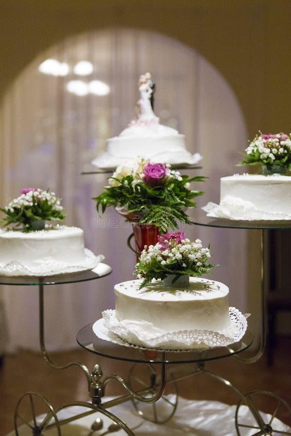 Torte nunziali multiple su una presentazione di nozze immagine stock libera da diritti