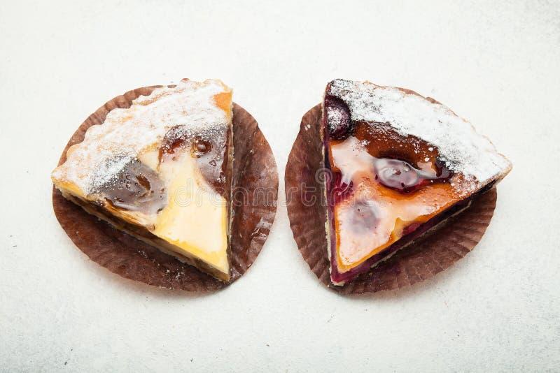 Torte rurali della frutta su un fondo bianco immagine stock