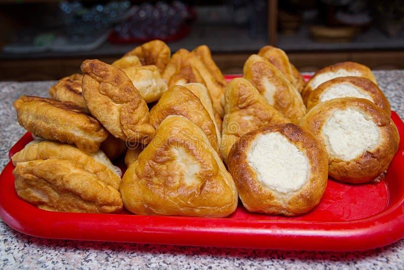 Torte tradizionali russe farcite con carne e formaggio fotografie stock libere da diritti