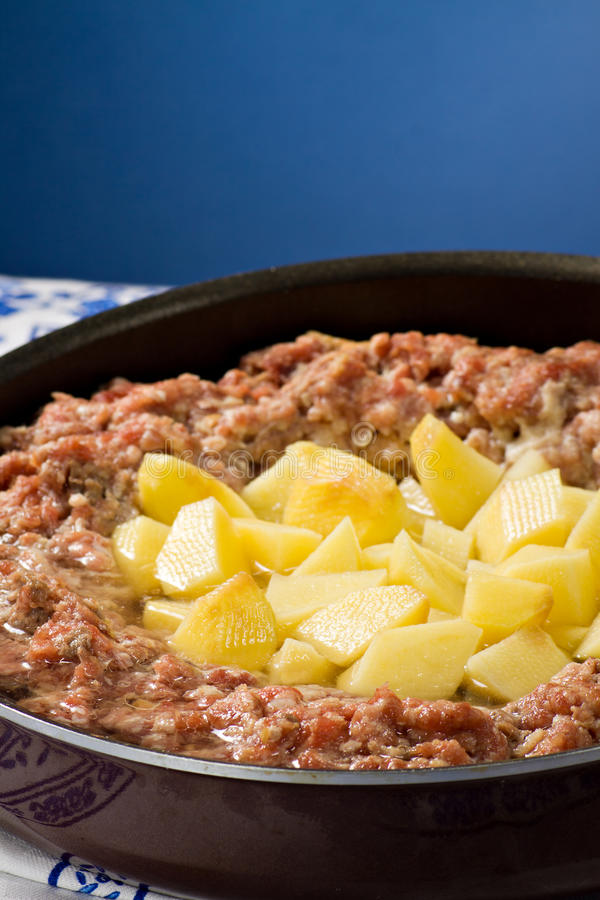 Torte und Kartoffeln des gehackten Fleisches. stockfotografie