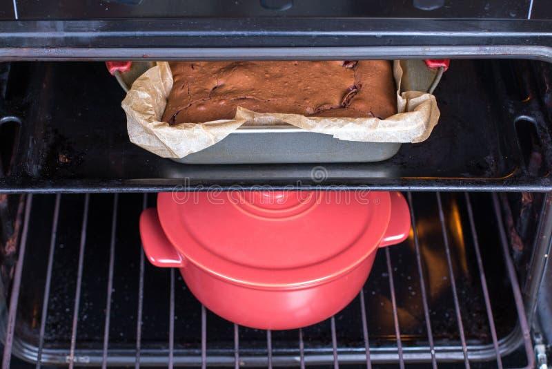 Torte und Topf im Ofen lizenzfreies stockfoto