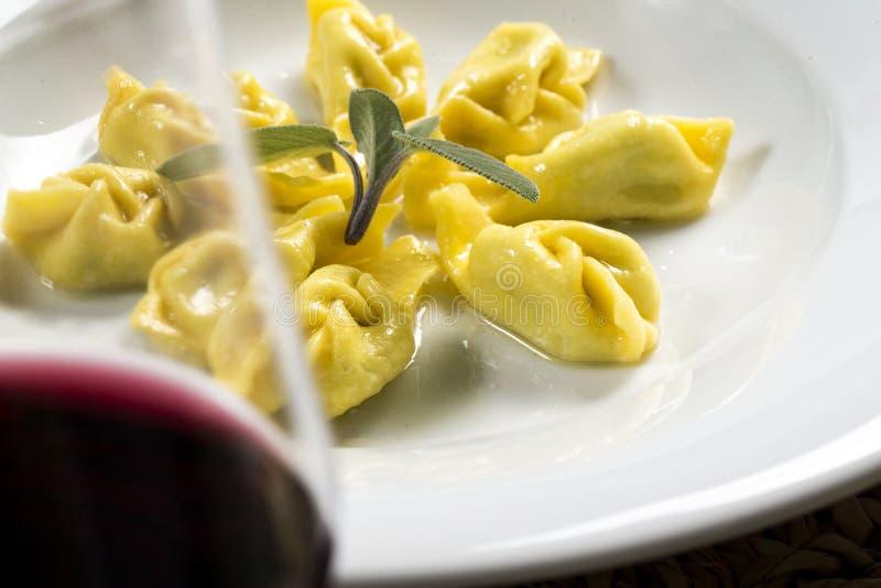 Tortelli z czerwonym winem obrazy stock