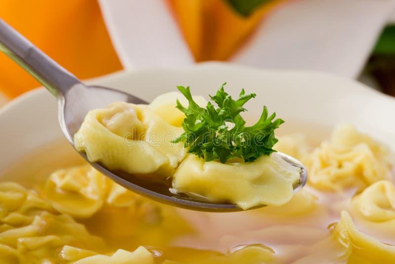 Tortellini in bouillon stock foto's