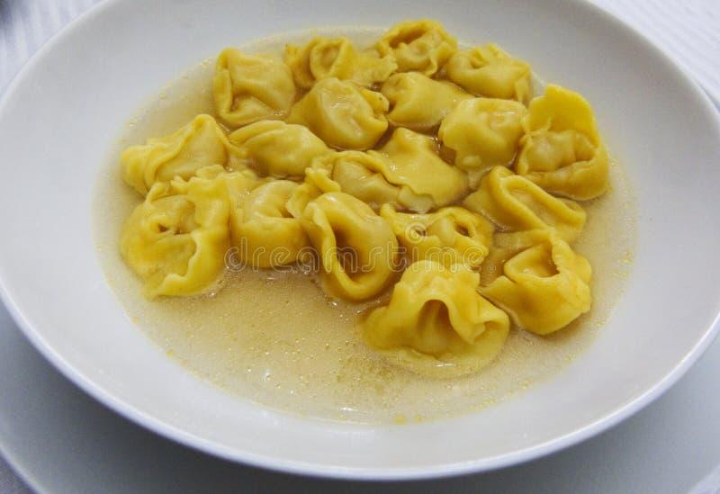 Tortellini in brodo in brodo in un piatto bianco, pasta italiana dell'Emilia Romagna fotografie stock
